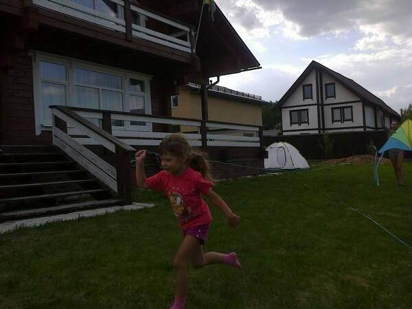 Дочка певицы играет во дворе загородного дома