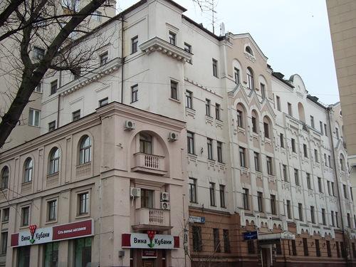 Фото дома, в котором расположена первая квартиры Лепса