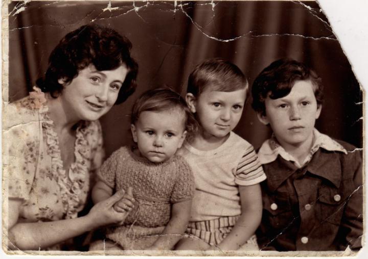 маленькая Ани Лорак с мамой и братьями