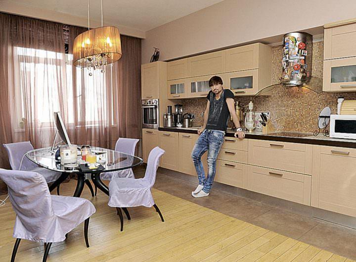 Дима Билан на кухне