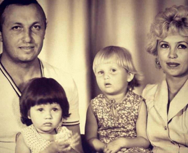 Виктория Боня с родителями и старшей сестрой