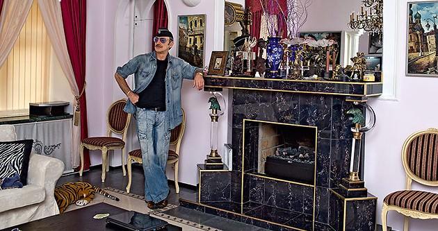 Михаил Боярский в своей квартире