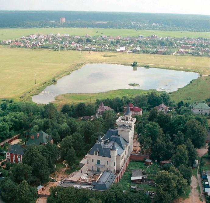 Вид сверху на замок Максима Галкина