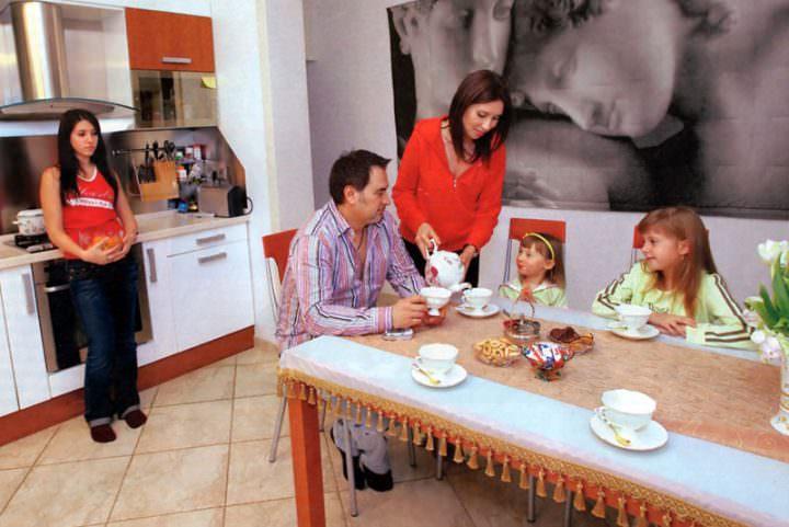 Валерий Меладзе с женой и дочерьми в квартире